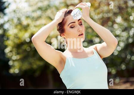 Girl fatigué de l'exercice