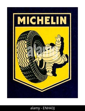 Vintage poster pour les pneus Michelin avec Bibendum exécutant avec pneu de voiture en pointant sur l'empreinte Banque D'Images