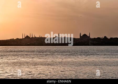 Panorama pris de la rive asiatique du Bosphore, la Mosquée Bleue et le musée Sainte-Sophie au coucher du soleil, Banque D'Images