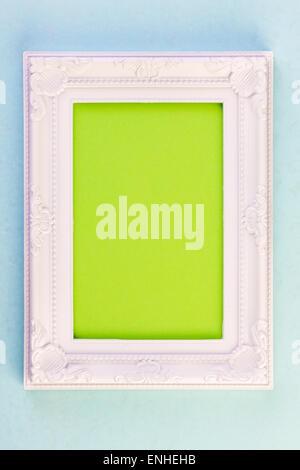 Cadre blanc sur fond bleu avec du vert pour votre copie
