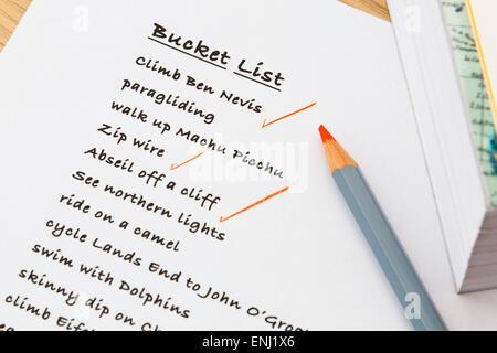 Personne anglais Bucket list de choses à faire sur les blocs-notes écrites avec quelques réalisations cochés en Banque D'Images