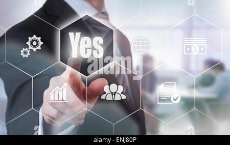 En appuyant sur un concept d'affaires Oui bouton. Banque D'Images