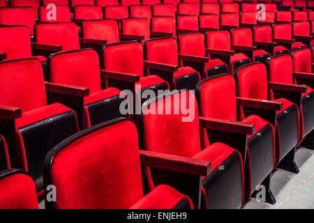 Des rangées de sièges rouge vide dans un théâtre