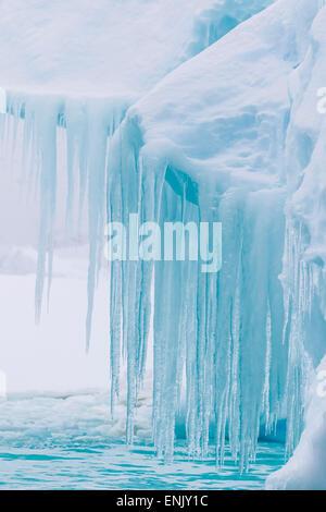 Le vent et l'eau des icebergs sculptés avec les glaçons à l'île Booth, l'Antarctique, régions polaires Banque D'Images