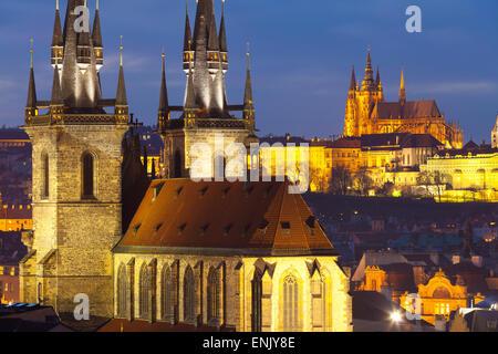 Aperçu de l'église Notre Dame de Tyn et du château de Prague, Site du patrimoine mondial de l'UNESCO, Prague, République Banque D'Images