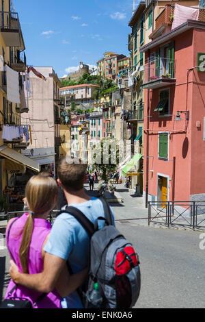 Jeune couple de clifftop village de Riomaggiore, Cinque Terre, UNESCO World Heritage Site, Ligurie, Italie, Europe Banque D'Images