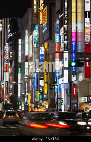 Enseignes néon dans le quartier de Shinjuku, Tokyo, Japon, Asie Banque D'Images
