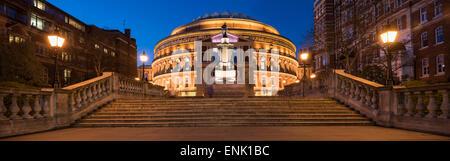 Extérieur de la Royal Albert Hall de nuit, Kensington, Londres, Angleterre, Royaume-Uni, Europe Banque D'Images
