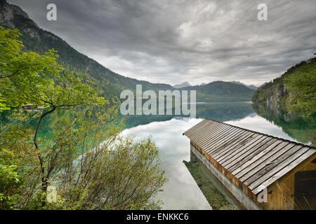 Lac Alpsee dans les Alpes bavaroises de l'Allemagne. Banque D'Images