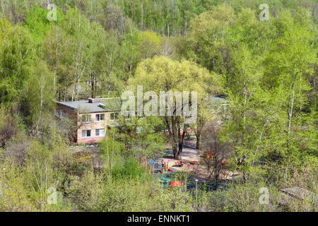 La maternelle en bois verts sous le soleil de printemps