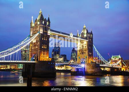Tower Bridge à Londres, Grande Bretagne au temps de nuit Banque D'Images