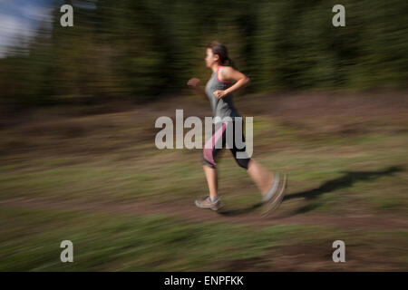 Woman outdoors brunette trail running femme, femme, run, la course, le conditionnement physique, la formation, l'exercice, Banque D'Images