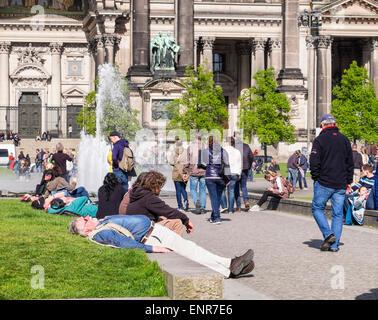 Les gens se détendre en face de la cathédrale de Berlin, Berliner Dom - église protestante historique sur l'île Banque D'Images