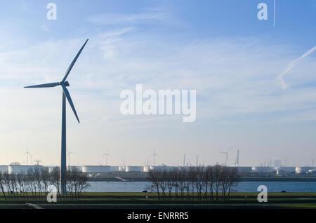 Les moulins à vent dans le port de Rotterdam, Pays-Bas Banque D'Images