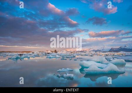 Lagon de jökulsárlón, en Islande, le coucher du soleil dans le Parc National de Vatnajökull