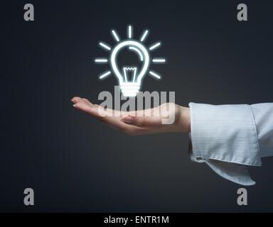 Femme d'affaires la protection de l'idée. Banque D'Images
