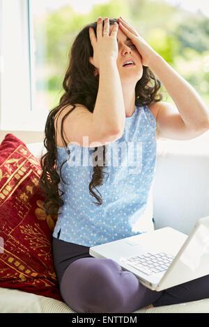 En ligne a souligné girl using laptop