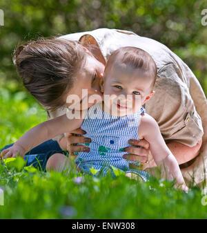 La mère et l'enfant à l'extérieur. Concept de la maternité Banque D'Images
