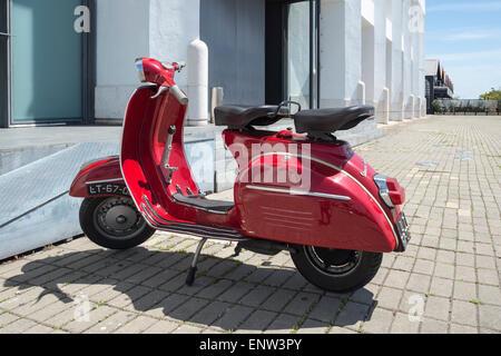 Cyclomoteur Vespa rouge garée à Lisbonne Portugal Banque D'Images