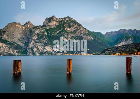 Lago di Garda, vue à partir de tôt le matin à Torbole Banque D'Images
