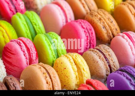 Macarons colorés traditionnels français dans une boîte Banque D'Images