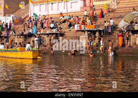 Les fidèles hindous se baigner dans le Gange, Varanasi, Uttar Pradesh, Inde, Asie Banque D'Images