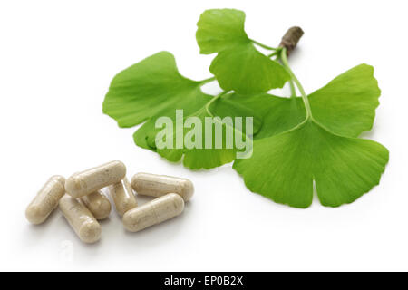 Les feuilles de ginkgo biloba et de médicaments comprimés capsules Banque D'Images