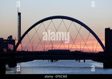 Coucher de soleil sur le pont d'Arc et la rivière Clyde Clyde à Glasgow, Écosse, Royaume-Uni