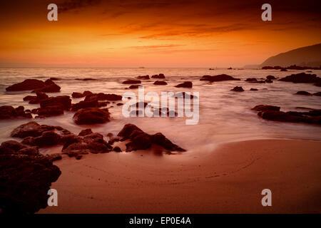 Coucher du soleil d'incandescence à Cola Beach Canacona, Goa, Inde, Banque D'Images