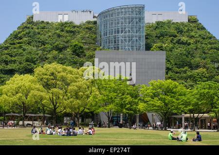 ACROS Fukuoka, Fukuoka, Japon. L'architecture écologique, en utilisant l'étape vert jardin extérieur. Banque D'Images