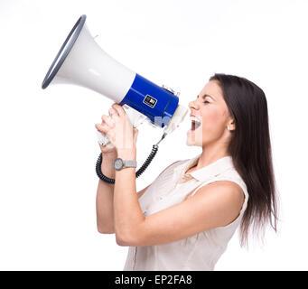 Businesswoman crier dans le haut-parleur isolé sur fond blanc