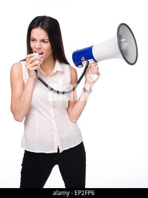 Businesswoman crier dans le haut-parleur isolé sur un fond blanc. À l'écart