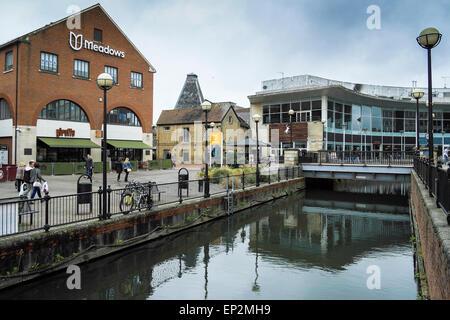 La rivière Chelmer traversant le centre-ville de Chelmsford. Banque D'Images