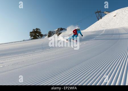 La skieuse de Squaw Valley avec de beaux sous la neige damée palissades sur la Sibérie ascenseur à Squaw Valley Ski Resort, CA