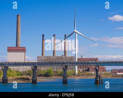 Eco Power, wind turbine dans la ville remplacement ancien style de la combustion de combustibles fossiles plante Banque D'Images