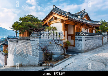 L'architecture de style traditionnel coréen au village de Bukchon Hanok à Séoul, Corée du Sud. Banque D'Images
