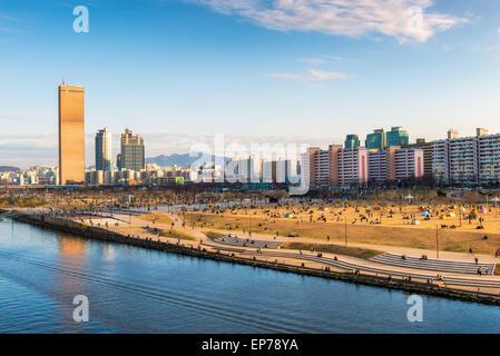 La fin de l'après-midi sur la rivière Han et Yeouido Park à Séoul, Corée du Sud. Banque D'Images