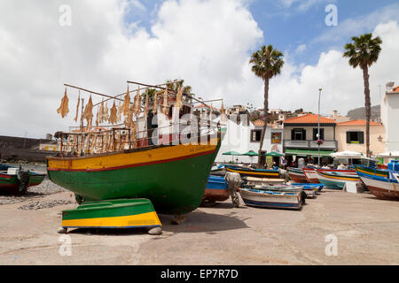 Bateaux de pêche dans le port, Camara de Lobos, Madère, Europe Banque D'Images
