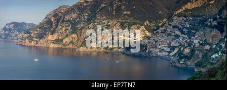 Tôt le matin, vue sur Positano et la côte amalfitaine, Campanie, Italie Banque D'Images