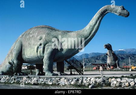 Les voyageurs le long de l'autoroute Interstate 10 à l'Est de Los Angeles sont surpris de voir deux énormes dinosaures Banque D'Images