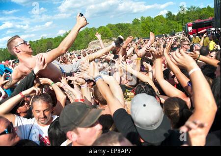 Un mec prend une tout en selfies crowd surfing au Carolina Rebellion Music Festival Banque D'Images