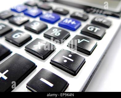 La fermeture de la calculatrice sur la table Banque D'Images