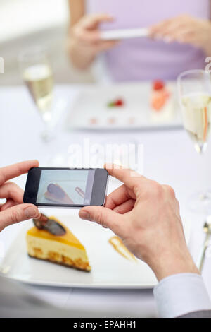Close up of couple avec les smartphones au restaurant Banque D'Images