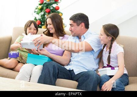 L'échange de cadeaux de Noël en famille Banque D'Images