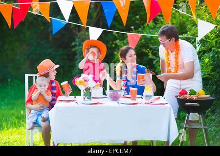 Heureux grand famille néerlandaise avec les enfants célébrer une fête nationale du sport ou s'amuser lors d'une Banque D'Images