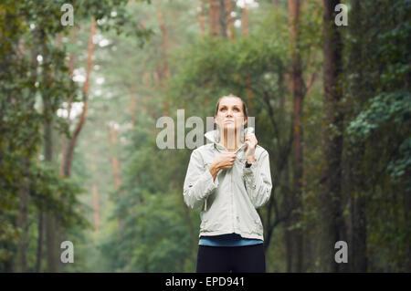 Remise en forme de vie sain femme sportive en marche tôt le matin dans la zone de forêt, un centre de remise en Banque D'Images