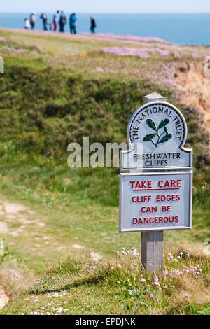 Prendre soin des falaises peut être dangereux - Le National Trust signe en falaises d'eau douce à l'île de Wight, Banque D'Images