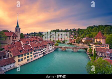 Berne. Image de Berne, capitale de la Suisse, pendant le coucher du soleil spectaculaire. Banque D'Images