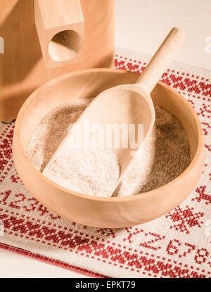 Moulin à maïs et bol de farine de blé à grains entiers Banque D'Images