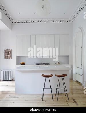 Bar et tabourets de cuisine blanche, maison de Chelsea, New York, USA Banque D'Images